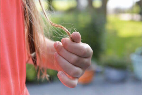 家中地板頭髮掃不完?補充這 7 種食物使頭髮不易掉